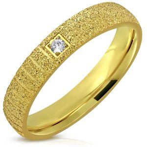 Blýskavý ocelový prsten zlaté barvy - pískovaný povrch, zářezy, zirkon, 4 mm - Velikost: 47