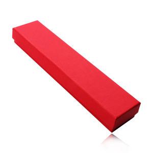 Červená podlouhlá krabička na řetízek nebo náramek, matný rýhovaný povrch
