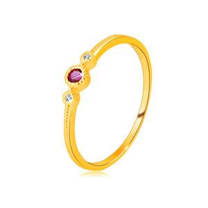 Diamantový prsten ze 14K žlutého zlata - rubín v objímce, čiré brilianty, drobné kuličky - Velikost: 58