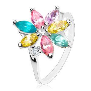 Lesklý prsten se zahnutými rameny, blýskavé barevné lupínky, čirý zirkonek - Velikost: 55