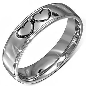 Lesklý prstýnek z chirurgické oceli - dvě černé kontury srdcí - Velikost: 56