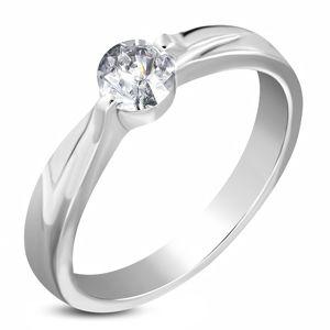 Ocelový zásnubní prsten stříbrné barvy, čirý zirkon, ramena se zářezem - Velikost: 59