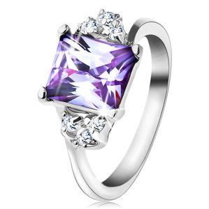Prsten s lesklými rameny a obdélníkovým zirkonem světle fialové barvy - Velikost: 48