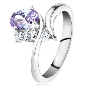 Prsten se světle fialovým oválem a zahnutými rameny, tři čiré zirkonky - Velikost: 50