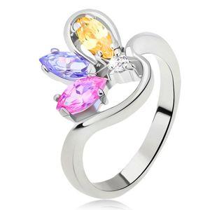 Prsten stříbrné barvy se zvlněným ramenem a zirkony zrníčkového tvaru - Velikost: 56