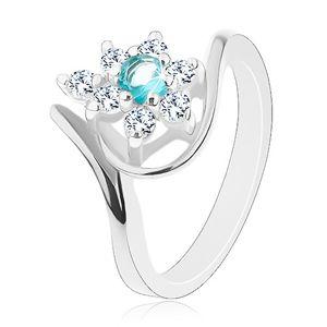 Prsten stříbrné barvy, zářivý čirý květ se světle modrým středem, oblouky - Velikost: 56