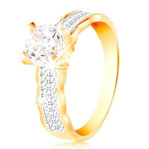 Prsten ve 14K zlatě - velký čirý zirkon v kotlíku, zirkonové linie, zvlněné okraje - Velikost: 54