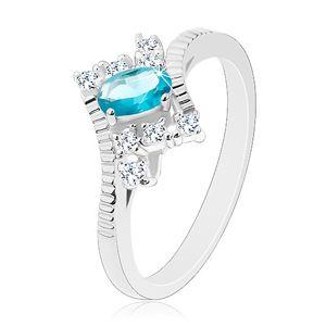 Prsten ve stříbrné barvě, oválný světle modrý zirkon, zářezy na ramenech - Velikost: 50
