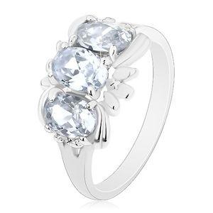Prsten ve stříbrné barvě, tři čiré blýskavé ovály a drobné lístky - Velikost: 58