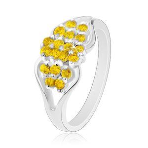 Prsten ve stříbrném odstínu, rozdělená ramena, kulaté žluté zirkonky - Velikost: 54