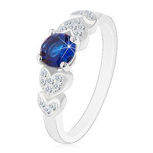 Prsten ze stříbra 925, kulatý tmavomodrý zirkon, čirá blýskavá srdíčka - Velikost: 64
