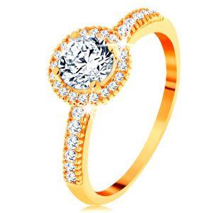 Prsten ze žlutého 14K zlata - zirkon čiré barvy lemovaný drobnými zirkonky - Velikost: 60