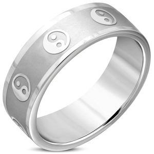 Širší prsten z chirurgické oceli - symbol jin a jang, matný pás, lesklé hrany, 8 mm - Velikost: 68