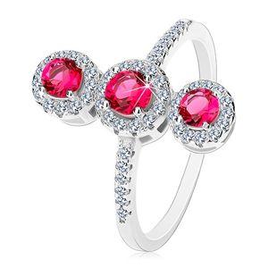 Stříbrný prsten 925, tři tmavě růžové zirkony s čirým lemem - Velikost: 62
