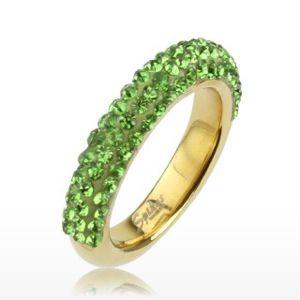 Třpytivý prsten zlaté barvy z oceli, linie světle zelených kamínků - Velikost: 60