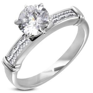 Zásnubní prsten s velkým vsazeným zirkonem, linie zirkonů v hranaté přední části - Velikost: 49