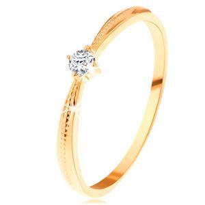 Zásnubní prsten ve žlutém 14K zlatě - kulatý čirý zirkon, vroubky na ramenech - Velikost: 62