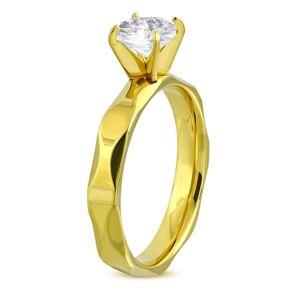 Zásnubní prsten z chirurgické oceli zlaté barvy, broušená ramena, čirý zirkon - Velikost: 61