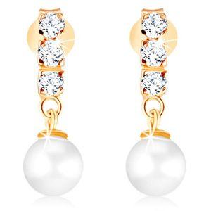 Zlaté náušnice 375 - tři čiré zirkony, kulatá perla bílé barvy